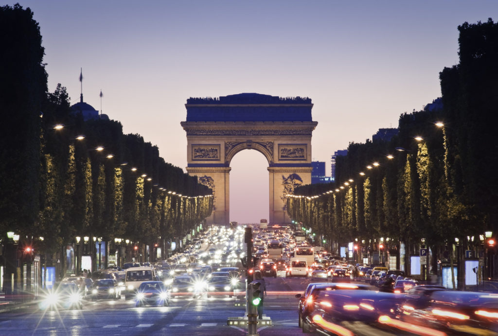 Arc de Triomphe am Abend in Paris