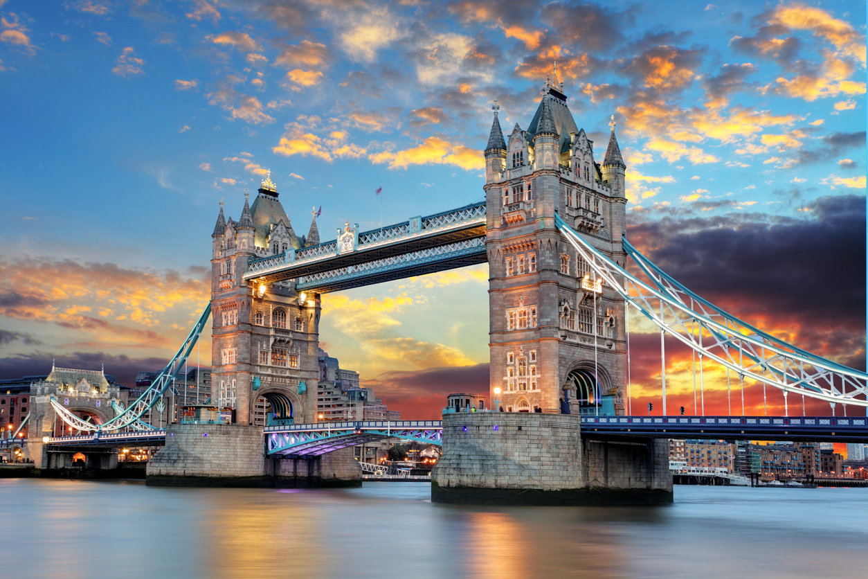 Tower Bridge bei Abenddämmerung, London