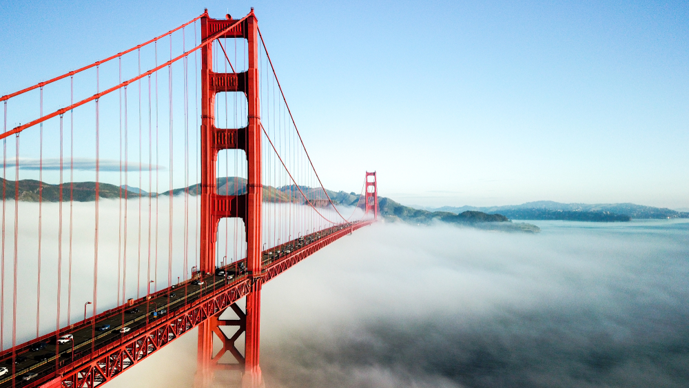 Die Golden Gate Bridge in San Francisco bei Nebel