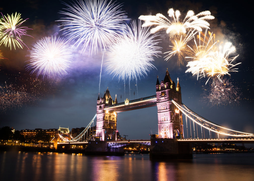 Feuerwerk über der Tower Bridge in London