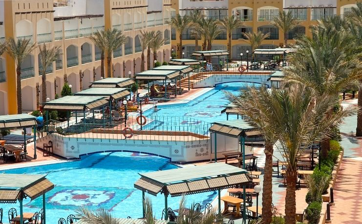 Pool mit Palmen im Bel Air Azur Resort Hurghada