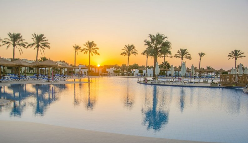 Pool bei Sonnenuntergang im Sunrise Royal Makadi Aqua Resort Hurghada