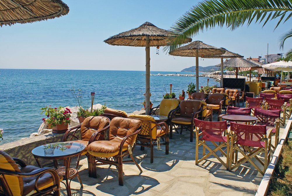 Traditionell griechisches Café am Meer